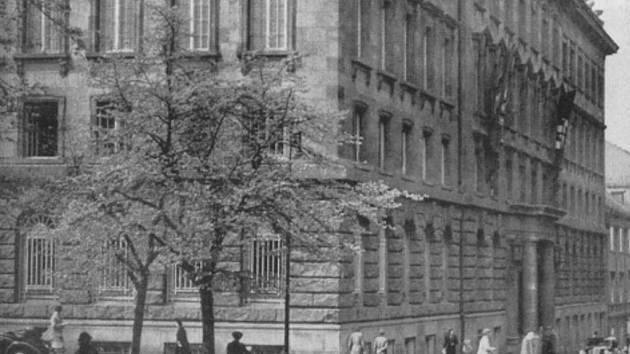 Petschkův palác - Pečkárna v Bredovské ulici v Praze (později ulice Politických vězňů), ve kterém za války sídlilo gestapo.