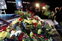 Lidé se přišli rozloučit 3. června do pražského divadla Broadway se zpěvákem Petrem Mukem, který zemřel ve svých 45 letech.