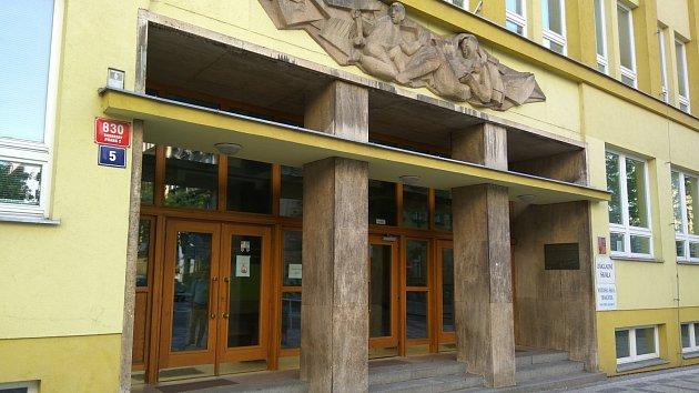 Místo vinohradské synagogy nyní stojí základní škola
