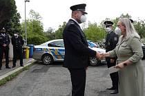 Starostka Prahy 10 předala ocenění policistům za profesionální zásah při požáru ve Strašnicích.
