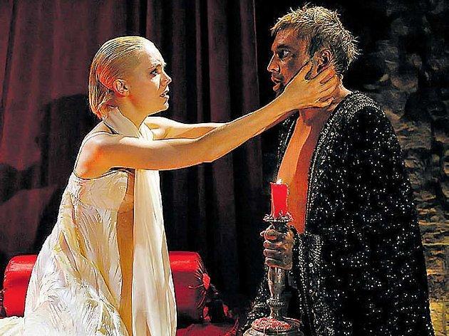 Lucie Vondráčková jako Desdemona přesvědčuje Othella (Michal Dlouhý) o čistotě svých citů k němu.