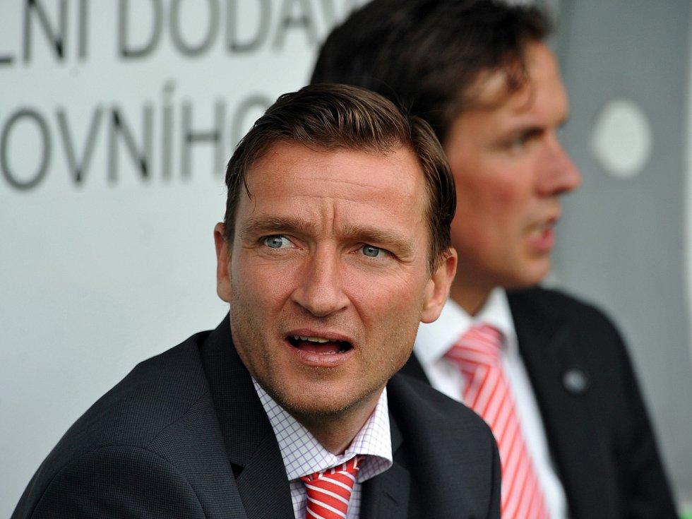 Vladimír Šmicer doplnil na slávistické střídačce nizozemského kouče Alexe Pastoora (v pozadí).