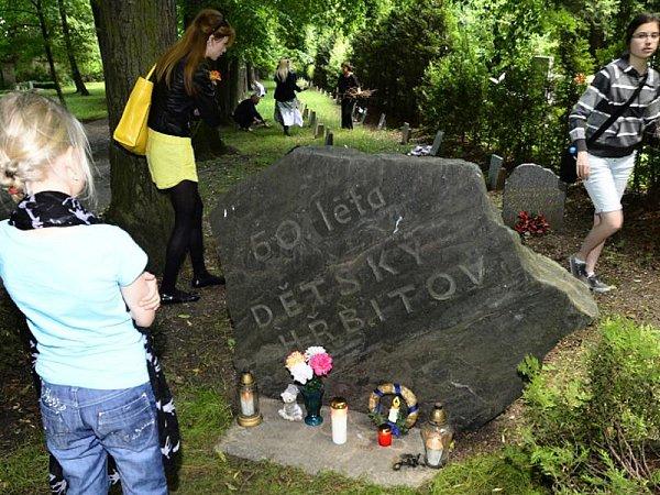 Na Ďáblickém hřbitově vPraze lidé vpondělí 1.června 2015uctili dětské oběti komunistického režimu. Akci pořádaly občanské iniciativy sdružené vplatformě Bez komunistů.cz.
