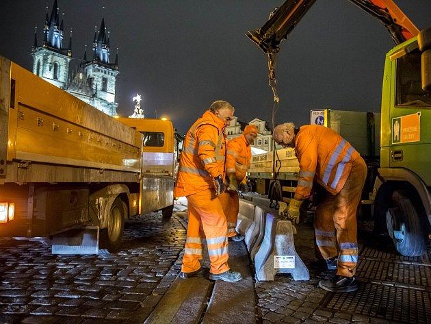 Bezpečnostní zátarasy v Praze.