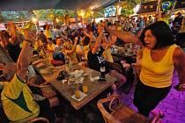 Riegrovy sady v Praze v těchto dnech žijí fotbalovým mistrovstvím světa. V sobotu projekci na zdejší zahrádce obsadili fanoušci Brazílie a Chile. A atmosféru skoro jako v Jižní Americe umocnilo i dění na hřišti: rozhodovaly totiž až penalty.
