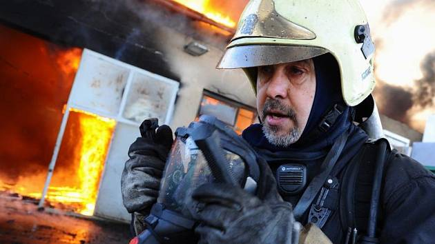 Plameny zachvátily objekt provozovny na zpracování druhotných surovin v průmyslovém areálu v Rosické ulici.