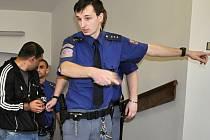 Krajský soud v Praze projednával případ osmičlenného gangu z Kladna obviněného z toho, že pravidelně za účelem prostituce svážel ženy k odpočívadlu na dálnici D5 nedaleko Rudné u Prahy.