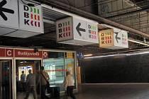 Pouze dráty a kabely lze spatřit u stropu pasáže DBK v bezprostřední blízkosti výstupu ze stanice metra Budějovická.