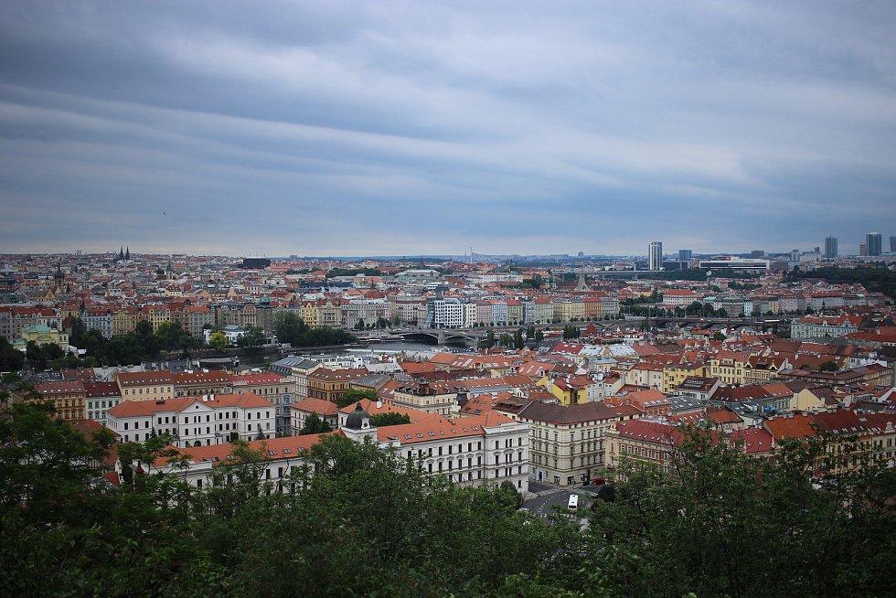 Petřínské sady nabízejí dech beroucí výhledy na hlavní město. I proto jsou oblíbeny hlavně mezi zamilovanými  páry.