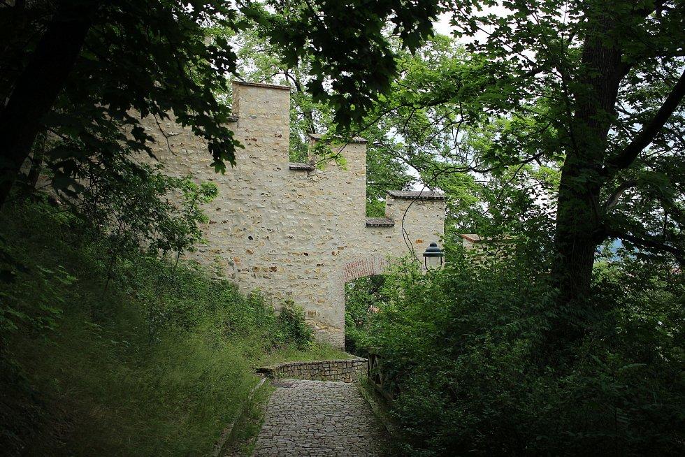 Hladovou zeď nechal vystavět český král Karel IV.