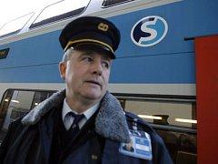 JAKO V BERLÍNĚ. Jenže na rozdíl od něj po Praze sice vlaky označené eskem jezdí, ale nestaví. Nemají totiž v potřebných částech města kde.