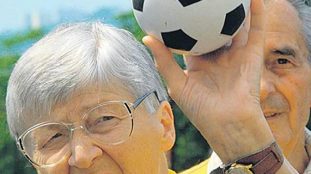 PROGRAM PRO SENIORY. Jednou z možností získání grantu je zdravotně sociální program pro seniory.