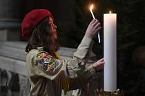 Skauti a skautky předali 22. prosince 2019 před mší v katedrále sv. Víta v Praze betlémské světlo. Lidé si ho mohou po skončení obřadu odnést do svých domovů.