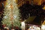 Vánoční strom se rozsvítil v sobotu úderem 18. hodiny.