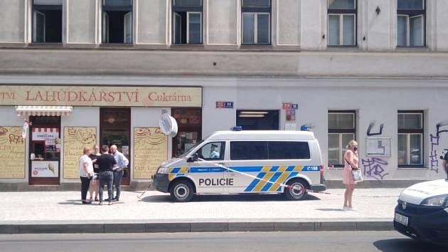 Nebezpečný muž na útěku před policií postřelil pracovnici úřadu práce v Bělehradské ulici v Praze.