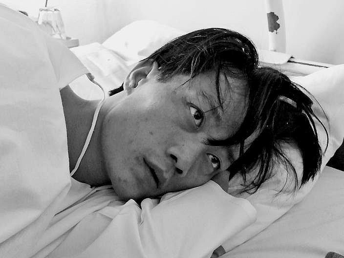 Agresivního vietnamce nyní v nemocnici střeží policie.