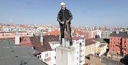 I komín potřebuje jarní úklid. S kominíkem Michalem Fričem na střeše domu v pražských Vršovicích.