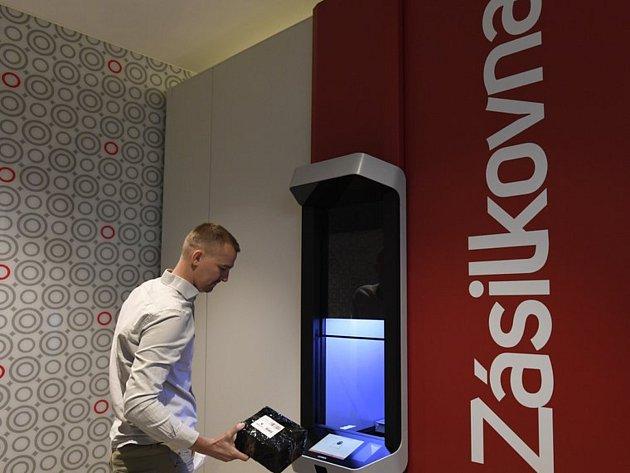 Robotický výdej Zásilkovny - Zástupci společnosti Zásilkovna představili 15.května 2019vPraze robotické zařízení pro výdej zásilky Z-BOT.