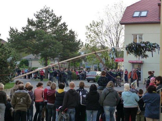 Stavění májky v podání dobrovolných hasičů ze Zličína.