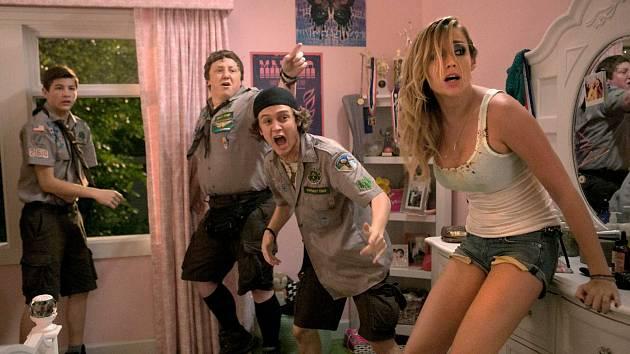 Strahovské autokino dnes večer promítá americkou hororovou komedii Skautův průvodce zombie apokalypsou.