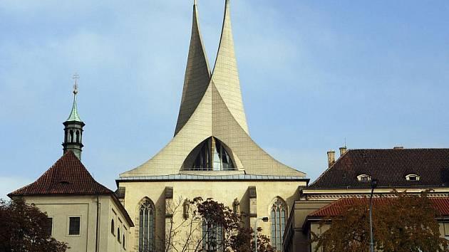 Emauzský klášter nechal postavit císař Karel IV. Jako první v něm mše sloužili kněží ve staroslověnském jazyce. Za Ferdinanda II. přišel do Emauz španělský řád. Od jeho příchodu se traduje pověst o duchovi zavražděného zvoníka.