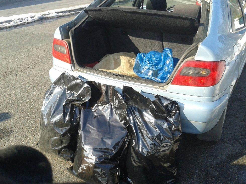 V kufru auta se našlo osm kilogramů marihuany