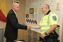 Pražský strážník, který kvůli incidentu s mladou ženou u městské policie skončil, byl v létě 2017 ředitelem Eduardem Šustrem oceněn za záchranu života.