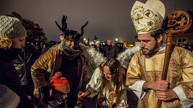 Mikuláš, čert a anděl v pražských ulicích.