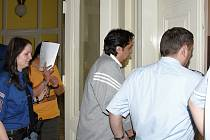 Z údajného obchodování s lidmi se před soudem zpovídají vazebně stíhaní Zuzana Demeterová a Petr Makuňa