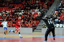 Křídlo Dukly Jakub Kastner střílí jeden ze svých osmi gólů do sítě Kypřanů.