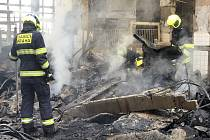 Hasiči likvidovali požár haly v Pekárenské ulici.