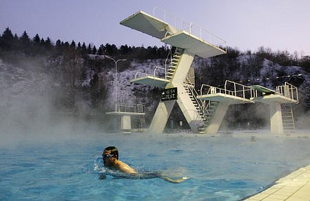 Koupání ve venkovním vytápěném bazénu v Praze Podolí je vyhledávanou sportovní aktivitou.