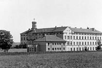 Klášter – Původní klášter sester boromejek skončil jako garáž pro zemědělskou techniku. Kostelní věž s pěticípou hvězdou byla unikátem snad v celé republice, který se stával zájmem objektivu mnoha fotografů.