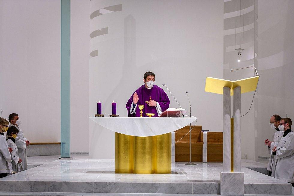 Kostela Krista Spasitele na Barrandově byl v dubnu 2021 dokončen. Už v únoru se zde ale konala bohoslužba na popeleční středu.