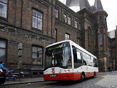 PACIENTI SI JE CHVÁLÍ. Minibusy se už osvědčily na Karlově v Praze 2. Linku využívají často pacienti zdejších nemocnic.