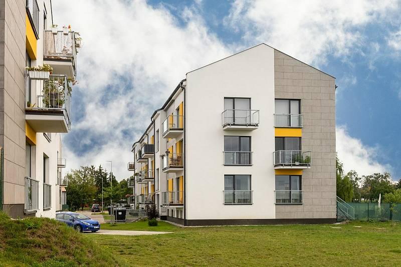 Bytové domy v ulici Na Cihleně v Klíčanech.