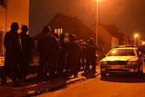 Policejní zásahová jednotka před domem ve Vojtově ulici v Modřanech.