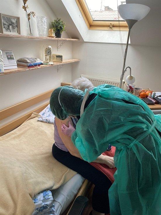 Klienti a zaměstnanci Centra sociálních služeb Praha 2 dostali vakcínu proti covid-19.