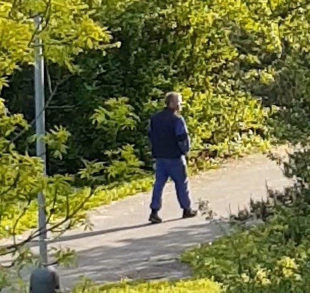 Policie hledá muže, který pozoroval dívky a onanoval v křoví.