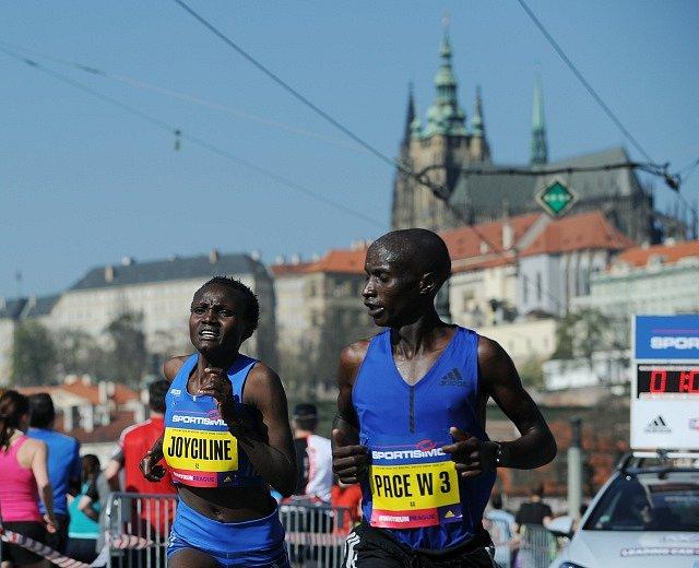 Keňanka Joyciline Jepkosgeiová (vlevo) přijímá gratulace v cíli Pražského půlmaratonu.
