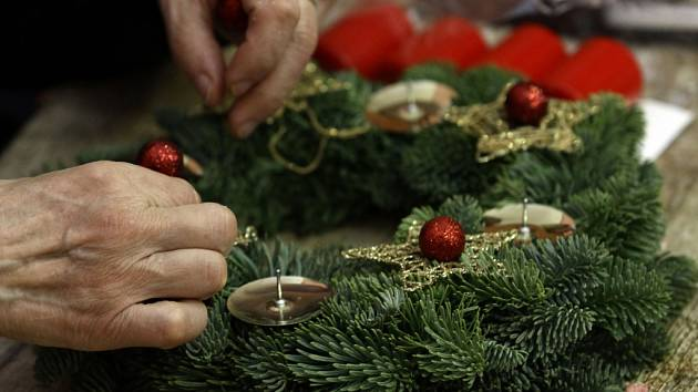 Život 90 pořádá až do 20. listopadu adventní dílny pro seniory. V jejich rámci si budou moci účastníci pod odborným vedením vyrobit vánoční věnce. Všechen materiál pro práci je zdarma.
