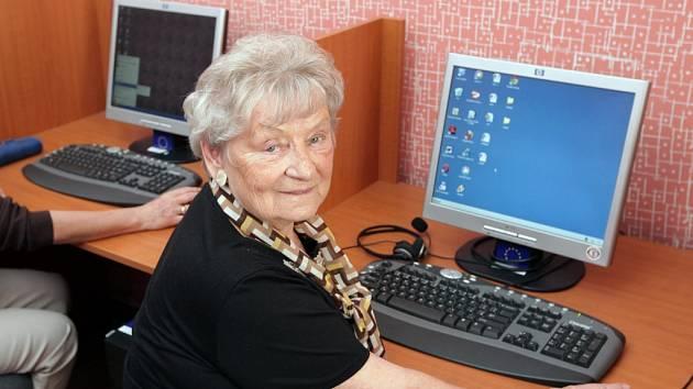 Nový školní rok akademie Život 90 začíná. Na snímku v popředí v internetové kavárně lektorka italštiny Anna Vojtíšková (82 let).