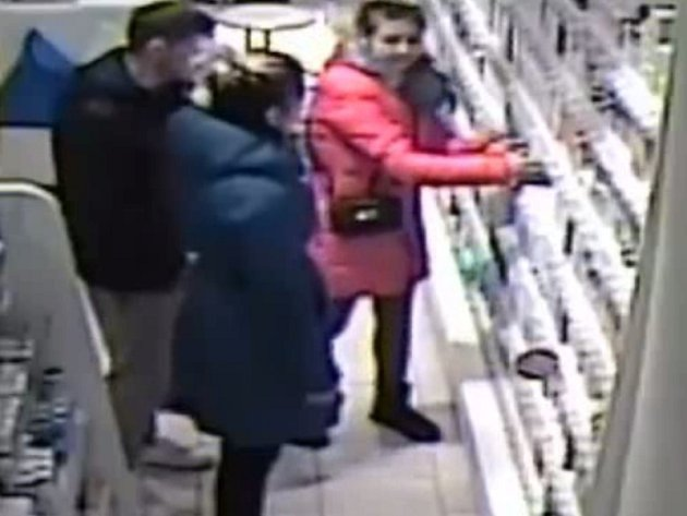 Policisté hledají tři podezřelé z krádeže kosmetiky v lékárně na pražském Žižkově.