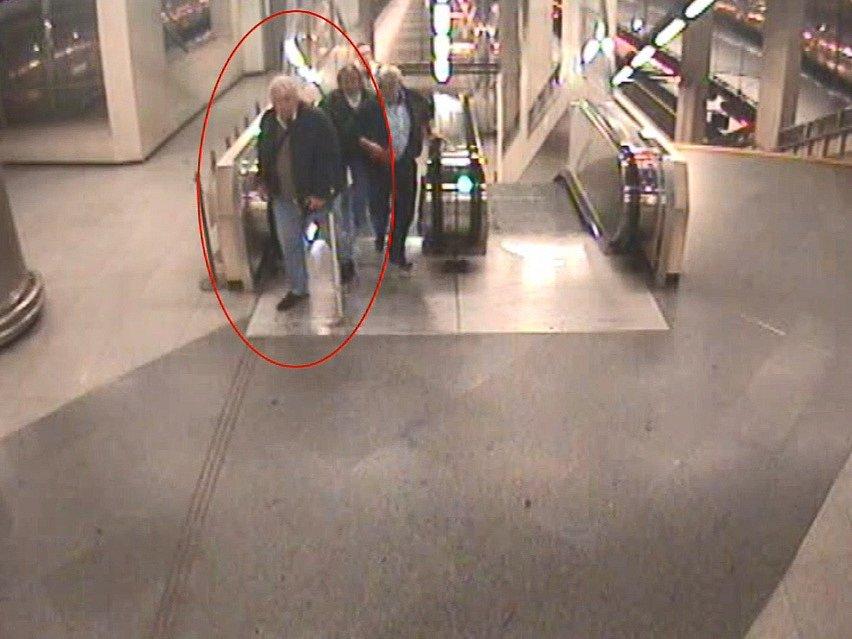 Pražští policisté hledají seniora, který poškozené prodal falešný telefon.