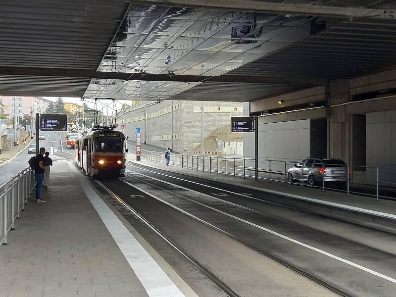 Na ostrůvky, kde staví tramvaje a autobusy, je přístup po dvou přechodech pro chodce.