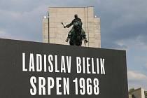 Neznámá hrdinka od rozhlasu a muž s odhalenou hrudí. Dvě výstavy v Národním památníku na Vítkově připomínají sovětskou okupaci v srpnu 1968.