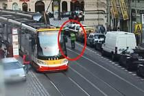 Muž na jednokolce málem zavinil vážnou nehodu.