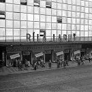 Snížení cen, cesta k blahobytu. Na zákazníky kultovního obchodního domu Bílá Labuť Na Poříčí čekaly v prvních říjnových dnech roku 1953 příjemné slevy.