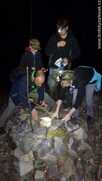 Dvacítka dvou až čtyřčlenných týmů se vpozdních večerních hodinách vydala po pětiminutových intervalech lesní cestou zobce Halouny do Mníšku pod Brdy.
