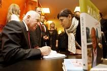 Prezident Václav Klaus podepisuje svou novou knihu
